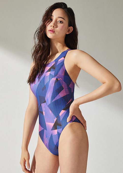 [5%쿠폰]배럴 우먼 트레이닝 핏 V 백 패턴 스윔슈트 BARREL WMS TRAINING FIT V BACK PT SWIMSUIT_BWHWSWO014_GEOMETRICPINK_NB6879PK